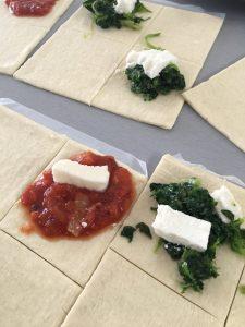 bladerdeeg met ricotta, spinazie & mozarella, pastasaus - bladerdeeg hapje
